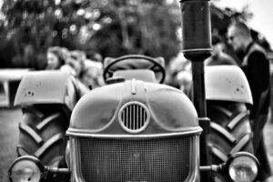 sort/hvis billede af traktor