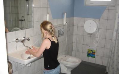 pige vasker hænder