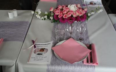 opdækket bord med lyserøde servietter