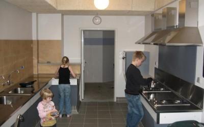 børn i færd med at lave mad