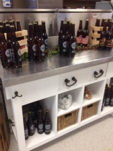 Billede af en masse ølflasker