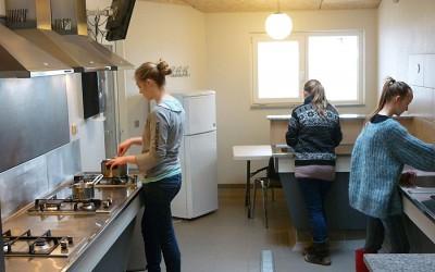 tre kvinder igang med at lave mad