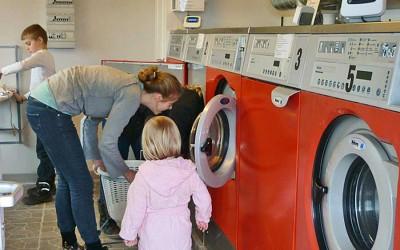 vaskerum, vaskemaskiner, dame og pige ved at sætte vask over